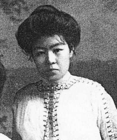 帝国ホテル勤務時代の永野セキ(1913年・おそらくは同ホテルのスタジオでの撮影)