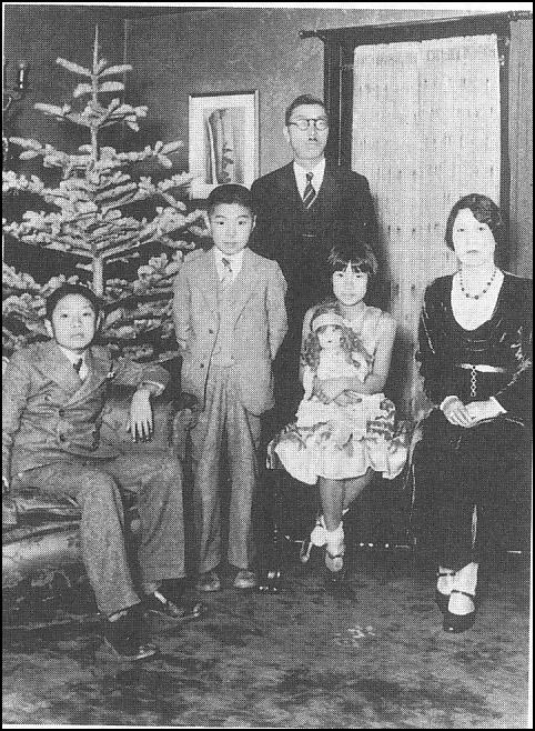 930年頃のサンペドロの自宅で、中原家のクリスマス写真:右から母艶子、メアリー・ユリコ、双子の兄弟ピーター、兄アート、父正一