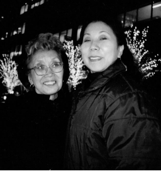 1999年、NY紀伊国屋書店での出版記念講演会で、ユリと著者・中澤まゆみ