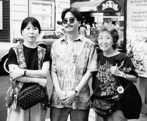 1995年、右からユリ、息子エディ、「ユリ−日系二世NYハーレムに生きる」(1998年・文芸春秋刊)の著者・中澤まゆみ。NY市内で撮影 (Photo: Courtesy of Mayumi Nakazawa)