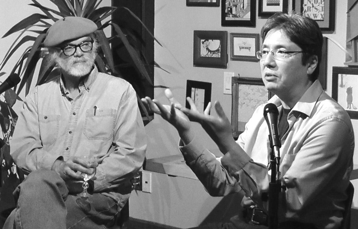 """10月28日、トロントで""""Fear and the Supernatural in Japan""""と題された対談イベントが催された。ホストのヨーク大の日本文学教授テッド・グーセン氏(左)と作家ルイ・ウメザワ氏 (photo: Yusuke Tanaka)"""