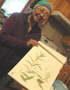 母・花子さんの押し花を見て育った濵田家の末娘アイリーンさんは、植物を専門に描く画家に成長した。(Photo: Yusuke Tanaka.)