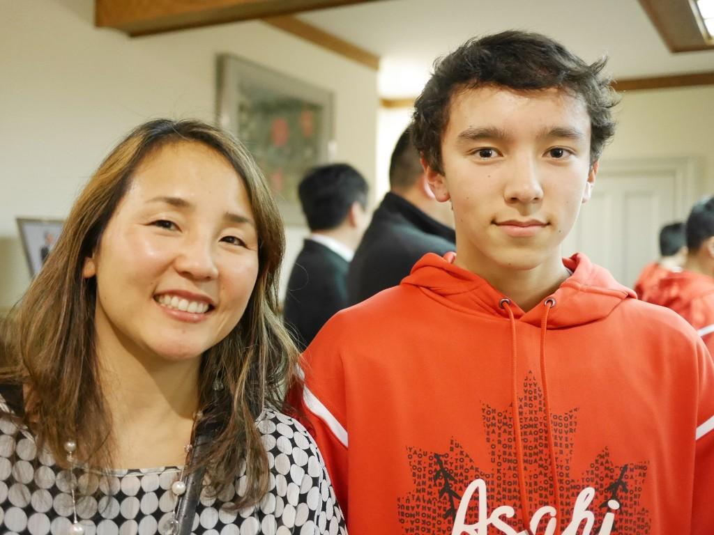 新・朝日軍発起人の一人安藤恵美子さんと息子のアレック・カニング君