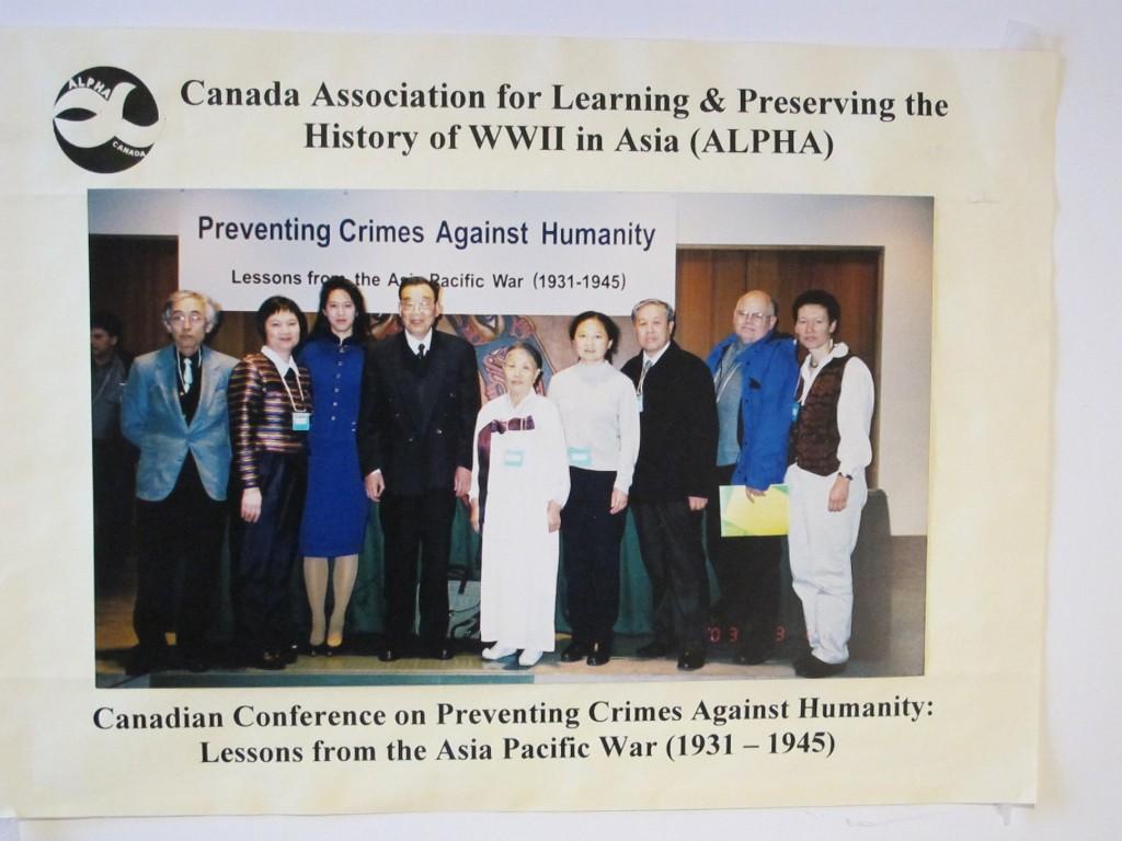 2003年3月に当地を訪れた戦争被害者と共に。中央の白衣の人が韓国出身の元従軍慰安婦。(写真提供:BC ALPHA)