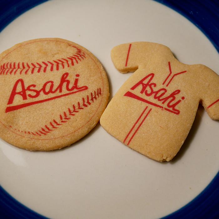 朝日軍のユニフォームとボールの形をしたメープルクッキー