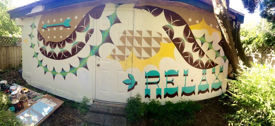 シェアハウスのガレージの外壁(Art by Holly)