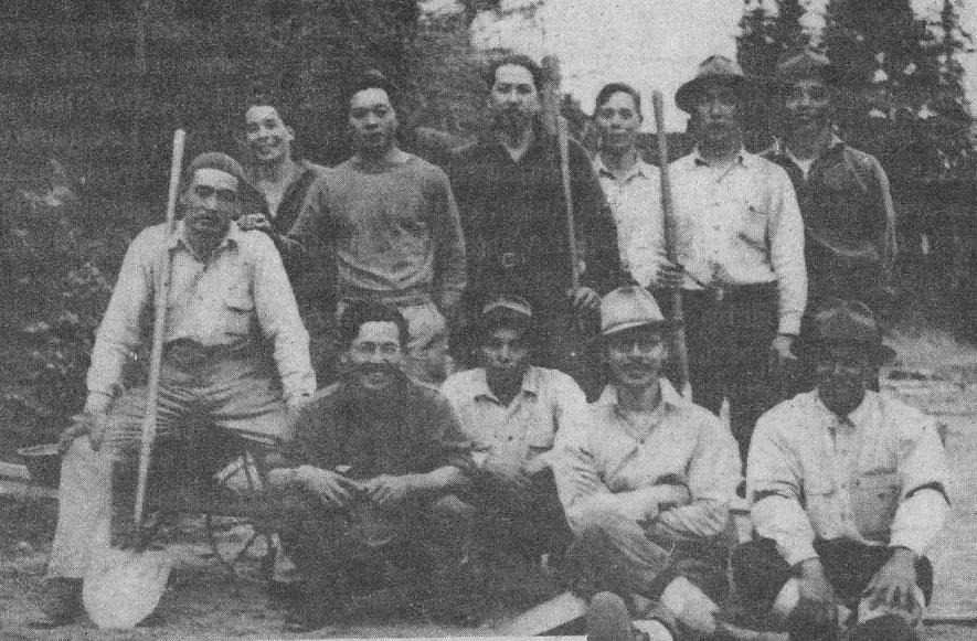 1942年春、レンペア道路キャンプ。前列右端に川尻岩一氏(日系ボイス1993年9月号)
