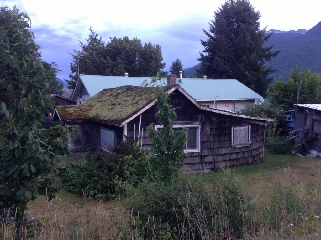 ニューデンバーに残るかつての収容村住居。この町では、終戦後も日本人が残る事を許され、多くの人達が改築、増築しながら収容当時の住居に暮らし続けた。