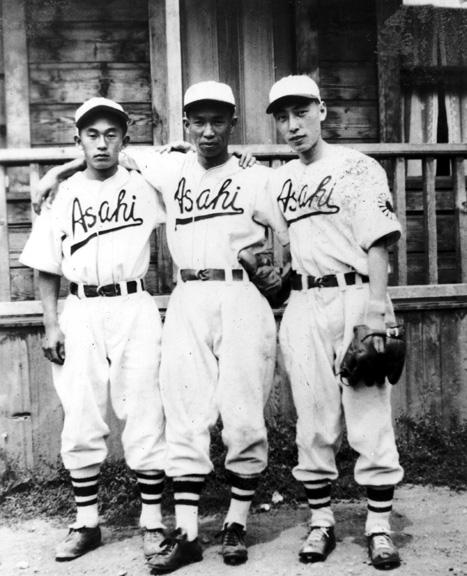 ケイ・上西さんとチームメイト (1940年代に撮影されたもの。上西さんは向かって右端、グローブをつけている少年。2010.26.31, Reggie Yasui Collection, Nikkei National Museumデータベースより)