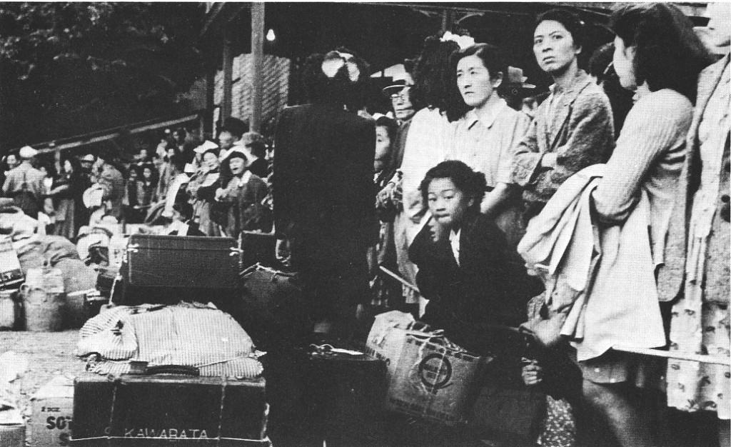 1946年5月、スローカン駅で西海岸へ向かう汽車を待つ人たち。(ケン・アダチ著「The Enemy That Never Was」掲載)